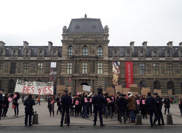 Des agents de la CNDA manifestent devant le Conseil d'État à Paris. Crédit : compte Twitter @cndaengreve