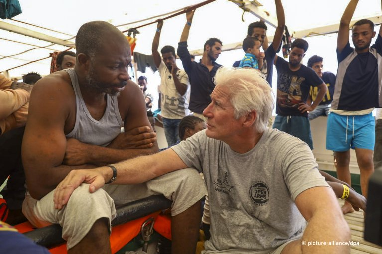 Hollywood actor Richard Gere talking to a migrant on the Open Arms rescue ship | Photo: Picture-alliance/dpa