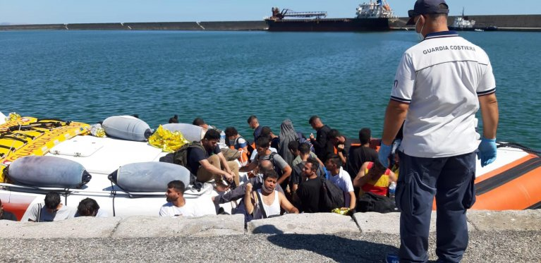 ANSA / مهاجرون يهبطون في ميناء كروتوني الإيطالي في 26 آب/ أغسطس الماضي. المصدر: جوزيبي بيبيتا / أنسا.
