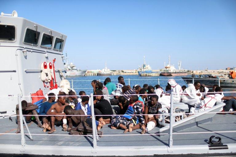 REUTERS/Ahmed Jadallah |Les migrants secourus par la vedette des garde-côtes libyennes arrivent au port de Tripoli, le 6 novembre 2017.