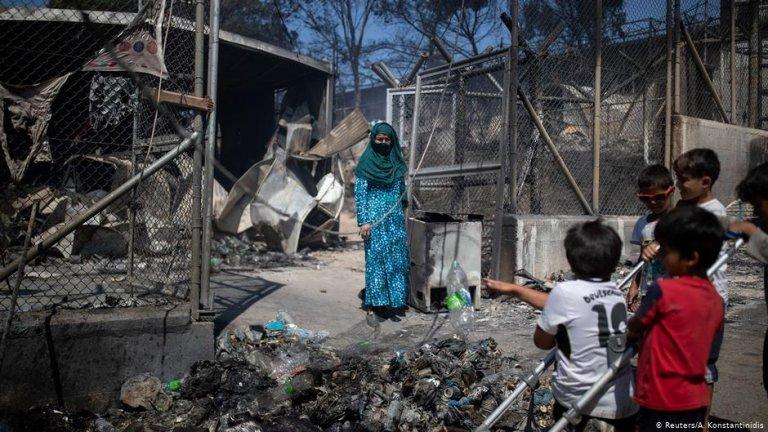 ۹ سپتمبر سال ۲۰۲۰، زنان و کودکان در کمپ موریا که براثر آتش سوزی ویران شده است./عکس: Reuters