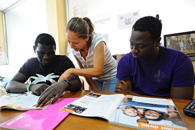 مهاجرون في مركز استقبال تديره أبرشية تافارناوتسي في فلورنسا. المصدر: أنسا / ماوريزو ديغل إنوسينتي.