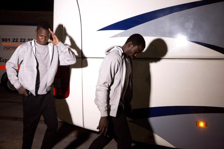 """ANSA / المهاجرون الذين تم إنقاذهم بواسطة السفينة الإسبانية """"سالفامينتو ماريتيمو"""" يستعدون لركوب حافلة بعد وصولهم لميناء ملقة الإسباني. المصدر: إي بي إيه/ دانييل بيريز."""