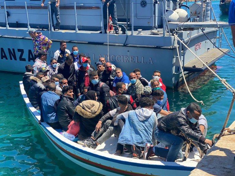 مهاجرون يهبطون في لامبيدوزا. المصدر: أنسا/ كونسيتا ريتسو.