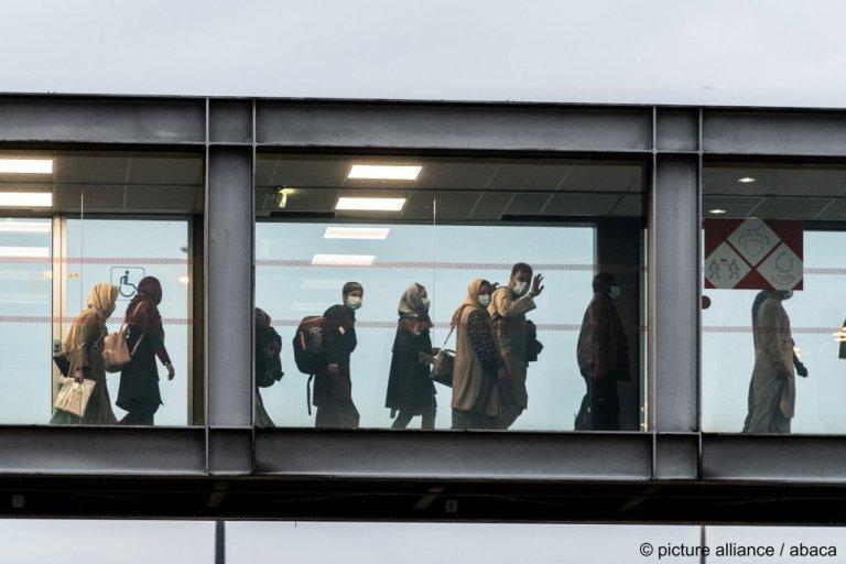 د پاریس هوايي ډګر ته له کابل څخه تازه رارسیدلي افغانان. ۱۸ اګست، ۲۰۲۱. انځور: پیکچر الیانس
