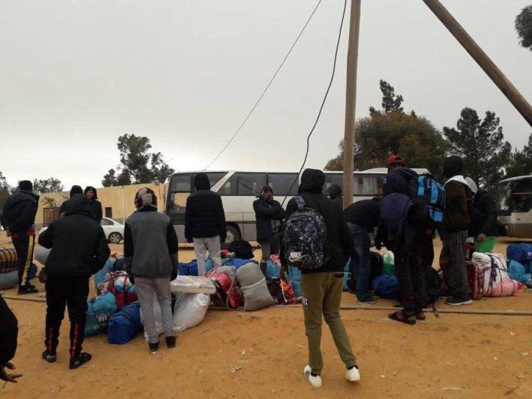 Des migrants évacués de Zintan, en Libye, patientent devant les bus libyens qui les emmèneront à Tripoli. Crédit : Giulia Tranchina/Facebook