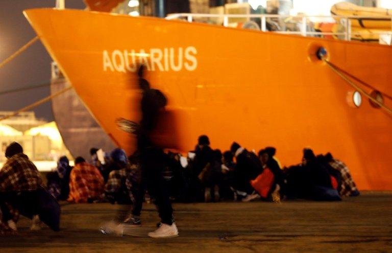 مهاجران در حال رفتن به سوی ایتالیا پس از نجات یافتن از دریای مدیترانه، عکس از رویترز