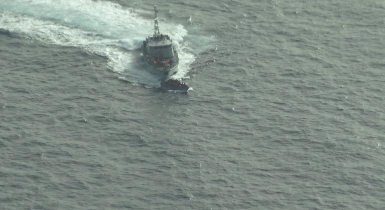 """زورق تابع لخفر السواحل الليبي يطبق على قارب للمهاجرين. المصدر: منظمة """"سي ووتش"""" غير الحكومية"""