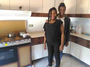 الفتاتان النيجيريتان أونيس وآنابيل في منزلهما الجديد/ الصورة لوكالة أنسا