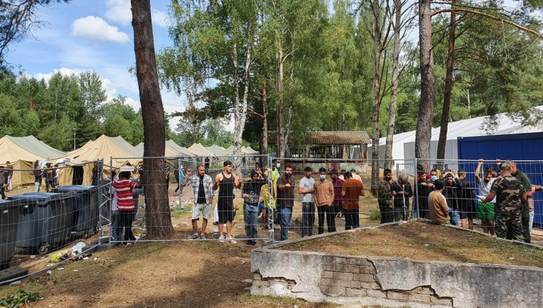 Plus de 300 hommes, majoritairement irakiens, sont enfermés dans le camp de Rudninkai, en Lituanie. Crédit : InfoMigrants