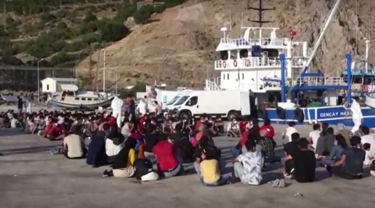 محافظان ساحلی ترکیه روز سه شنبه ۲۷ جولای یک کشتی حامل بیش از ۲۰۰ مهاجر افغان را در دریای اژه توقیف کردند. عکس از یک ویدیوی خبرگزاری رویترز