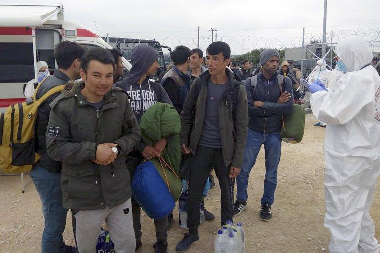 Des migrants arrivent dans un camp à l'est d'Athènes après avoir été transférés depuis l'île grecque de Lesbos. Photo: EPA/GREEK MINISTRY OF IMMIGRATION