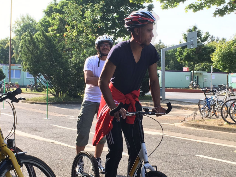 Les débutants démarrent leur apprentissage sur des vélos sans pédale Crédit : M. Gopalakrishnan