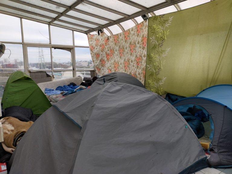 Des tentes dans un squat de région parisienne. Crédit : InfoMigrants