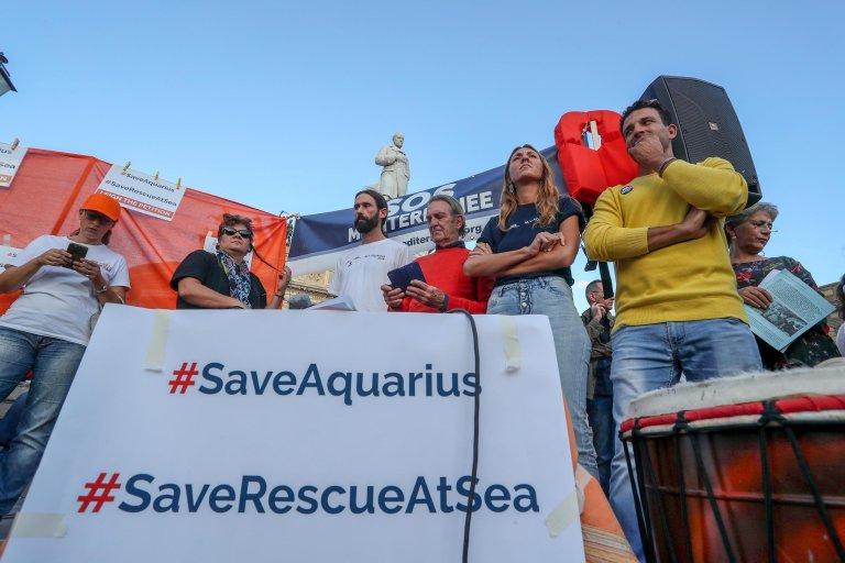 "ANSA / مظاهرة لدعم منظمة ""إس أو إس ميدتيراني""، وسفينتها ""أكواريوس""، في مدينة باليرمو الإيطالية. المصدر: أنسا/ جور بيتيكس."
