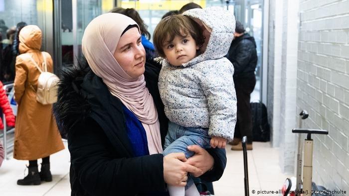 picture-alliance/dpa/J. Stratenschulte |هذه الطفلة ووالدتها وصلتا إلى ألمانيا قادمتين من تركيا في كانون الثاني/يناير 2020، مع 245 لاجئاً آخر في إطار اتفاق أوروبي تركي.