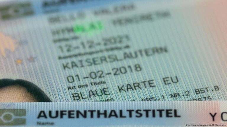 EU Blue card status on a German ID | Photo: Picture-alliance/dpa/D.Karmann