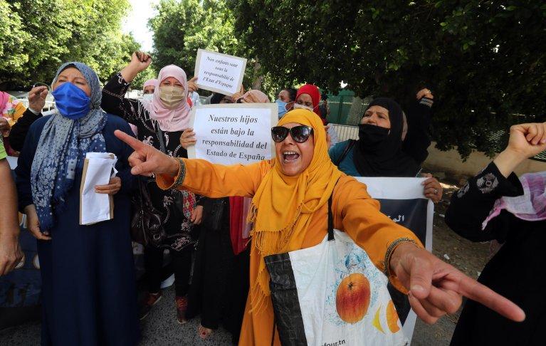 ANSA / أسر المهاجرين التونسيين المحتجزين في مدينة مليلية الإسبانية تردد شعارات خلال مظاهرة خارج السفارة الإسبانية في تونس، للمطالبة بإطلاق سراحهم. المصدر: إي بي إيه / محمد ميسارا / أنسا.
