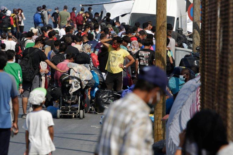 نقل مهاجرين من مخيم موريا بعد الحريق الذي أصابه