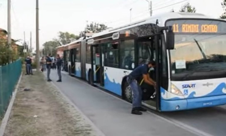 The bus in Rimini on which the Somali asylum seeker started a knife attack. He wounded five people, including a six-year-old | ANSA / WWW.altarimini.it.