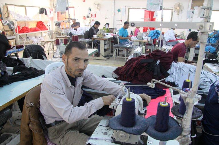 RFI/Jérôme Boruszewski  Isam, réfugié syrien en Jordanie, travaille depuis quatre mois dans une usine textile d'Irbid, dans le nord du pays.