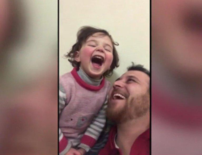 ANSA / صورة مقتطعة من فيديو الفتاة الصغيرة سيلفا وهي تضحك مع والدها أثناء القصف السوري الروسي لإدلب. المصدر: أنسا.