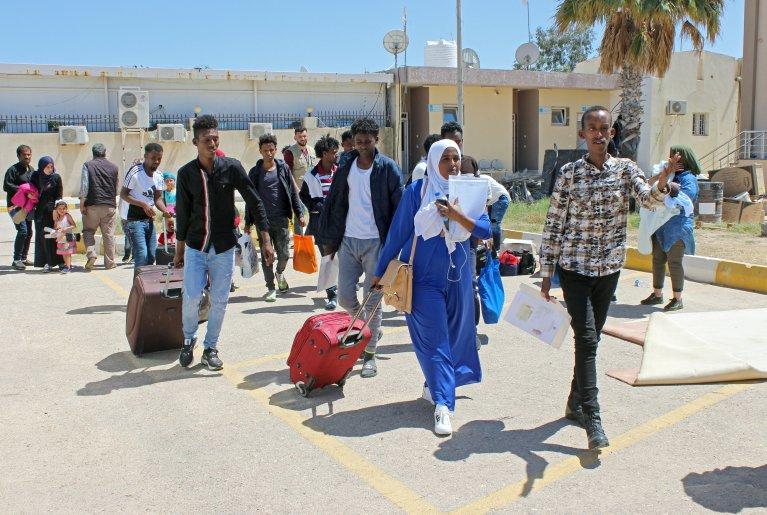 د اپریل ۲۹مه: ډوال د مصراتا په هوایي ډګر کې. دوی ایټالیا ته استول کېږي. کرېډېټ: رویترز/ایمن الساحلي