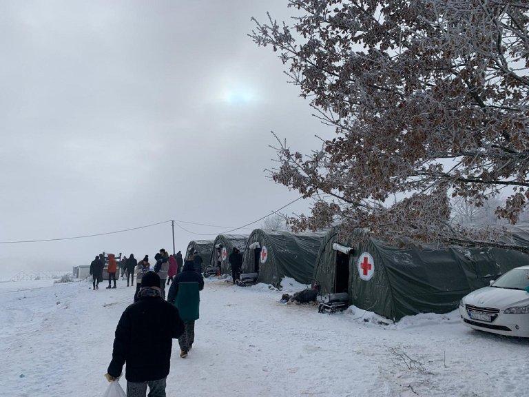 مخيم ليبا للمهاجرين شمال البوسنة. الصورة من قبل فرق الصليب الأحمر العاملة في المخيم