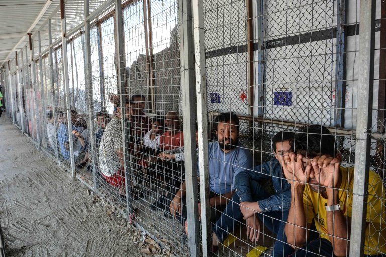لاجئون ينتظرون تسجيلهم في وحدة خدمة اللجوء بمركز تحديد الهوية في مخيم موريا بجزيرة ليسبوس اليونانية. ANSA