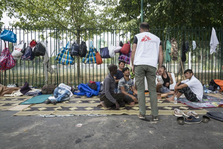 MSF worker helping migrants living in Paris streets | Credit: MSF/Remi Decoster