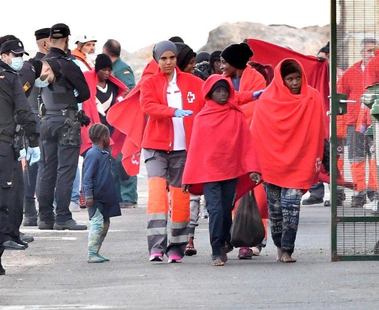 ANSA / مهاجرون قاصرون تم إنقاذهم لدى وصولهم إلى ميناء ألميريا في جنوب إسبانيا. المصدر: إي بي إيه/ كارلوس باربا.