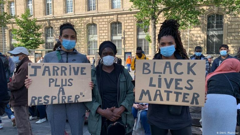 Protesters in Paris, holding signs that say 'I can't breathe' in French and 'Black lives matter' | Photo: DW/Sonia Phalnikar