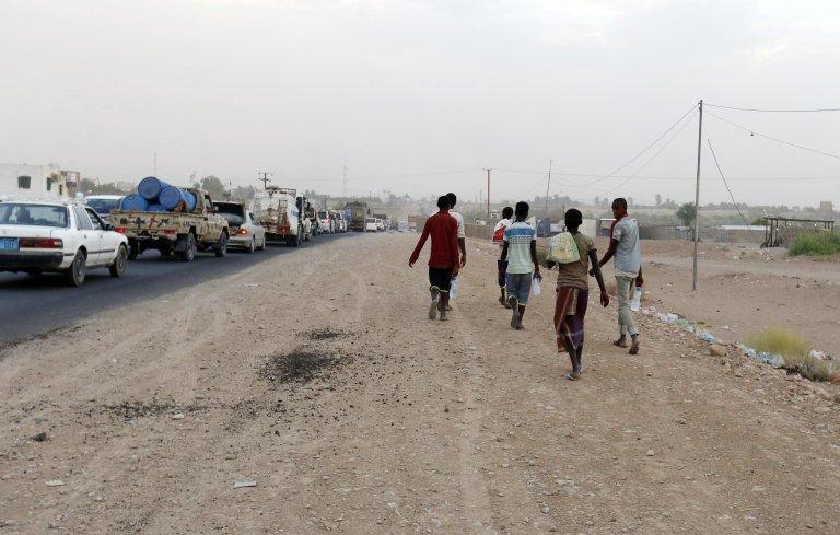 Migrants travelling on foot in Marib, Yemen | Photo: EPA/Yahya Arhab