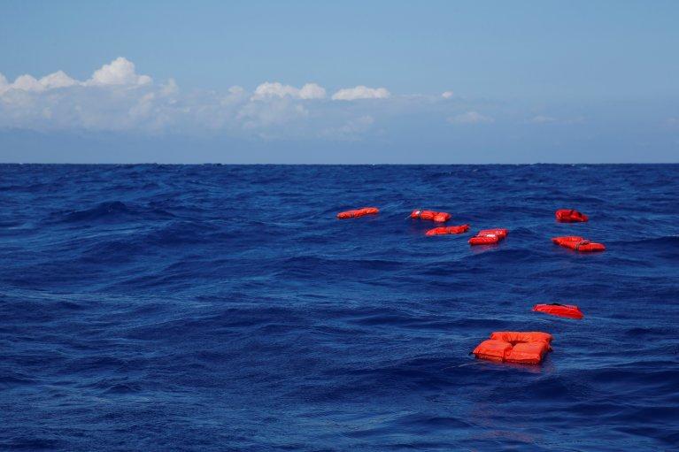 Des gilets de sauvetage flottent à la mer lors d'un exercice d'entraînement mené par le navire de sauvetage Alan Kurdi, de l'ONG allemande Sea-Eye. Crédit : Reuters