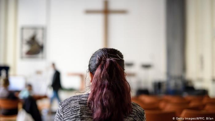 Getty Images/AFP/C. Bilan |لاجئة مسلمة تحولت إلى المسيحية في ألمانيا (صورة من الأرشيف)