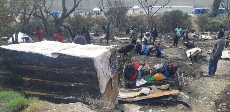 Un incendie s'est déclaré dans la nuit de dimanche à lundi dans le camp de Vathy, sur l'île grecque de Samos. Crédit : DR