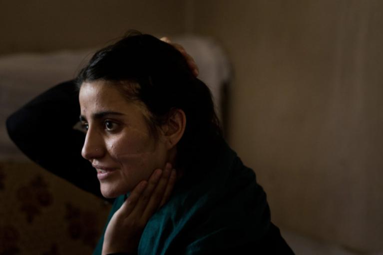 Gul Meena s'est échappée d'un mariage force avant d'être violemment battu par son frère | Photo: Capture d'écran Jim Huylebroek/New York Times