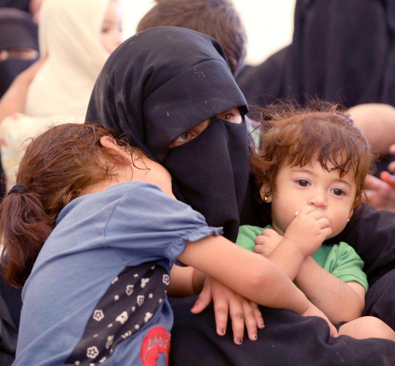 ANSA / زوجة أحد مقاتلي تنظيم داعش تنتظر أطفالها، خلال ترحيلها من مخيم الهول للاجئين في إقليم الحسكة، بشمال شرق سوريا. المصدر: إي بي إيه / أحمد ماردنلي.