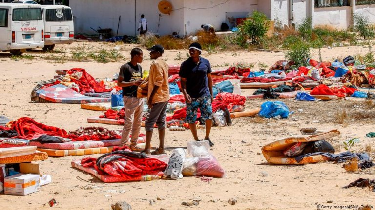 Libyan migrants outside a detention center near Tripoli after a deadly airstrike | Photo: Getyy Images/AFP/M.Turkia