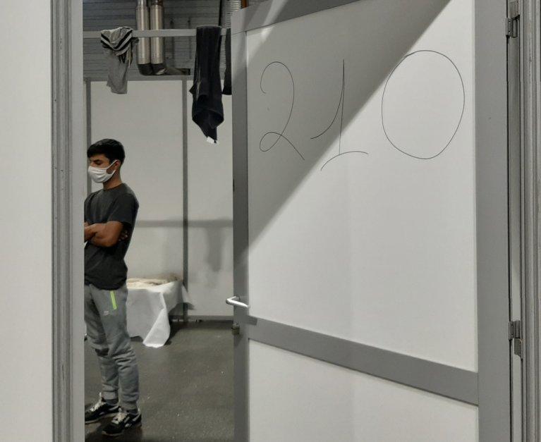 """Ismatullah Ahmadzai, un demandeur d'asile afghan âgé de 20 ans, dans le """"Paris Event Center"""" où il a été mis à l'abri. Crédit : InfoMigrants"""