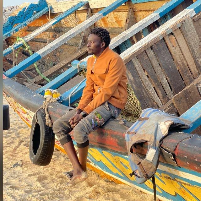 مامادو ديا.. شاب سنغالي الأصل، هاجر إلى أوروبا ووصل إلى إسبانيا وعاش فيها  لسنوات ليقرر بعدها العزدة لبلده. الصورة: مهاجر نيوز