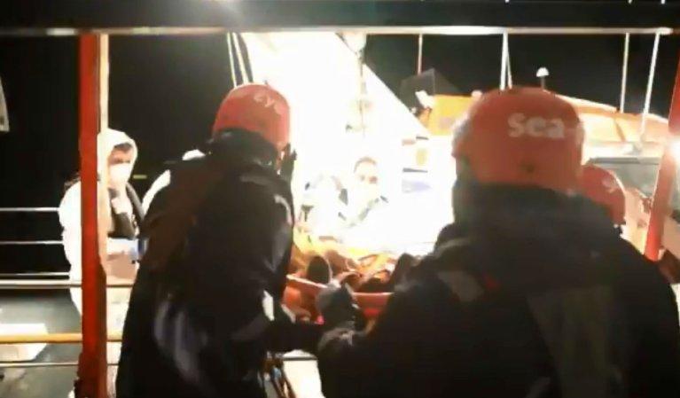 Évacuation par la marine maltaise d'une migrante nigériane du Aylan Kurdi, le 10 avril 2019. Crédits : Twitter / @seaeyeorg