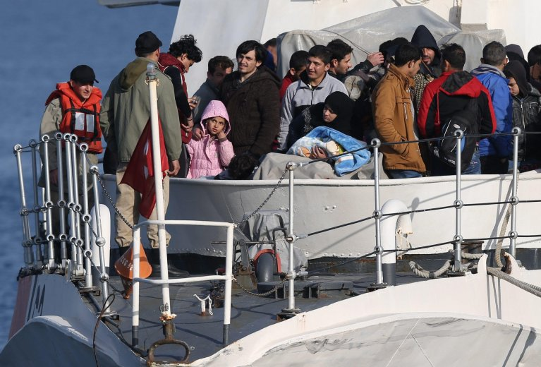 """ansa / مهاجرون على متن قارب تابع لحرس السواحل التركي بعد اعتقالهم بالقرب من سواحل أزمير. المصدر: صورة من أرشيف """"إي بي إيه""""."""