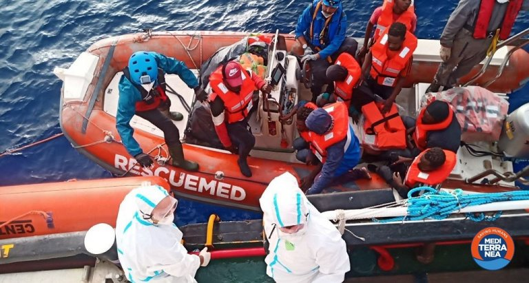 """إنزال المهاجرين في ميناء بوزالو. الصورة مأخوذة عن حساب """"ميديتيرانيا"""" على تويتر"""