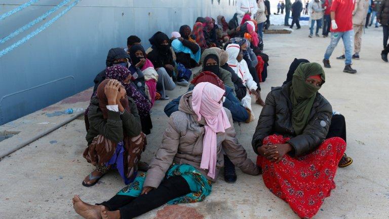 المهاجرون في قاعدة بحرية بعد أن أنقذهم الحرس الساحلي الليبي في طرابلس/رويترز