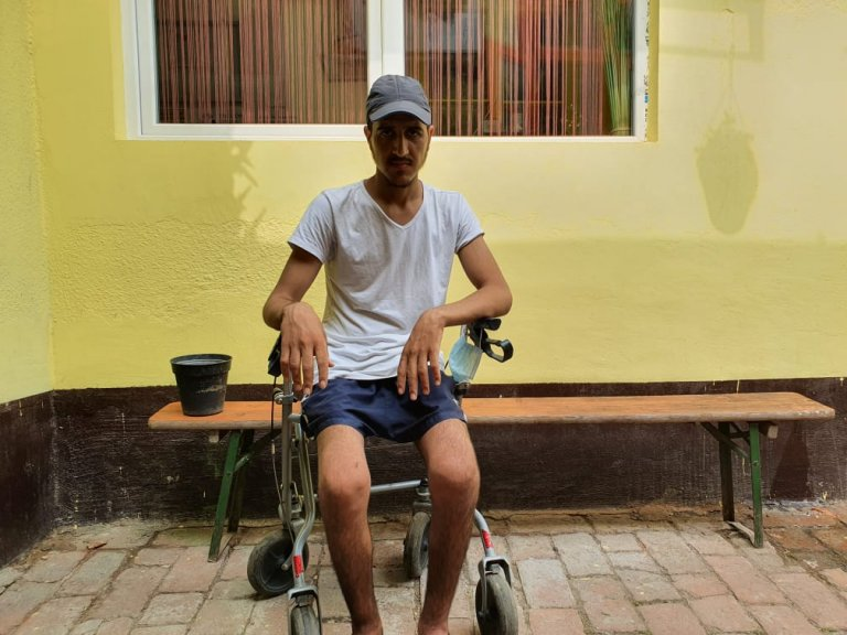 عصمت الله، مهاجر افغان که در مسیر مهاجرت زخمی شده، درشهر تمیشوارا زندگی میکند. عکس از مهاجر نیوز