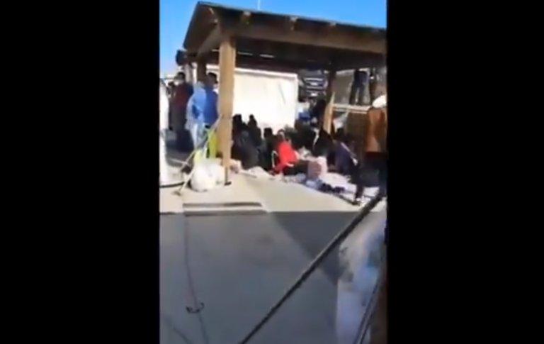 صورة ملتقطة في فيديو لمهاجرين على رصيف ميناء جزيرة لامبيدوزا الإيطالية