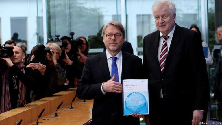 هورست زیهوفر، وزیر داخله آلمان و هانس اکارد زومر، رئیس اداره فدرال آلمان برای مهاجرت و آوارگان