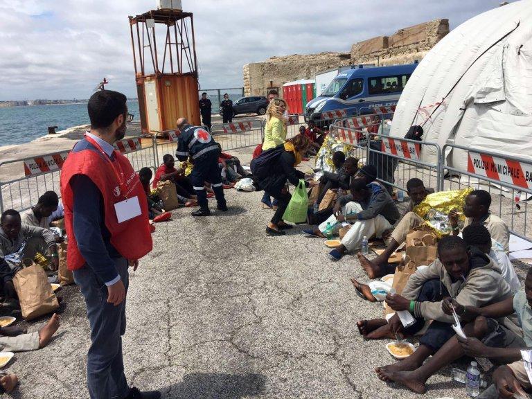 ANSA / مهاجرون في ميناء باري. المصدر: أنسا/ إيزابيلا ماسيللي.