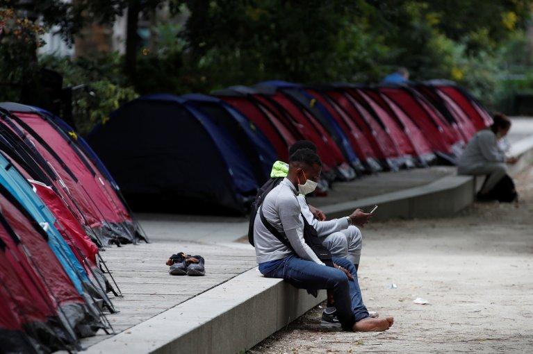 مهاجرون قصر يقيمون وسط العاصمة باريس في خيام. الصورة: رويترز